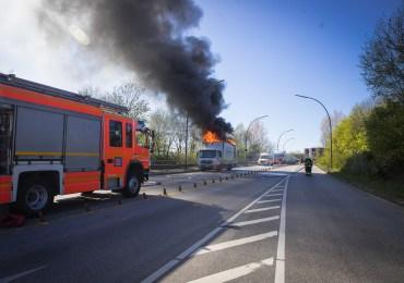 LKW in Wilhelmsburg in Vollbrand - LKW Fahrer kann sich noch retten