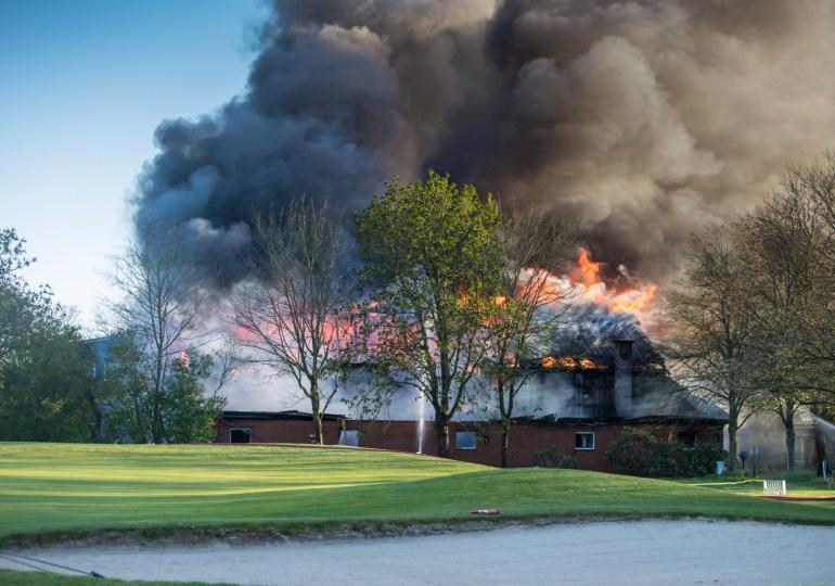 Peiner Hof -  Großfeuer vernichtet Gebäude - Feuerwehr kann weitere Reetdachhäuser retten!