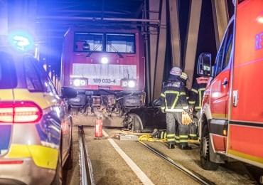 Bahnschranken übersehen! - Polnischer Audifahrer kracht auf Kattwybrücke in Hafenbahn