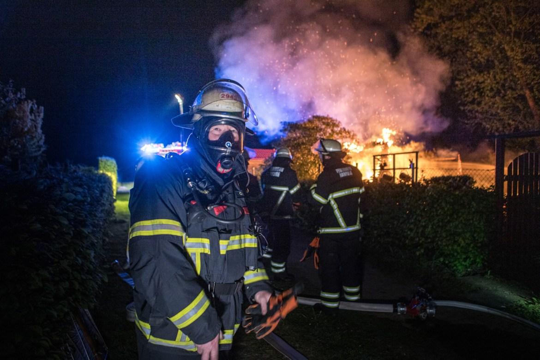 Feuer im Gartenparadies – Mit Gartenschlauch gegen Vollbrand!
