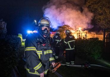 Feuer im Gartenparadies - Mit Gartenschlauch gegen Vollbrand!