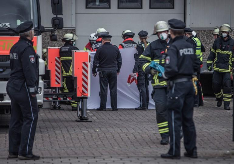 Tödlicher Betriebsunfall mit Ladebühne - Feuerwehr Hamburg befreit eingeklemmten Monteur