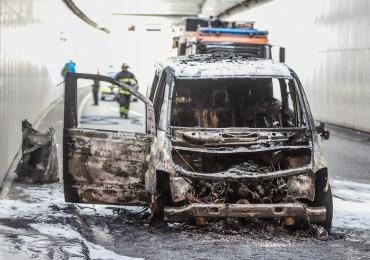 Feuer im Elbtunnel! - Mercedes geht in Flammen auf