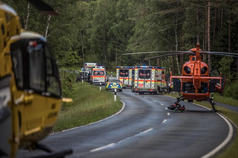 Personen schleudert aus Unfallwrack! – 4 Personen verletzt – 2 Rettungshubschrauber im Einsatz!
