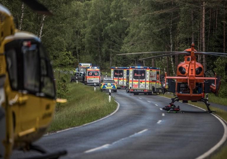Personen schleudert aus Unfallwrack! - 4 Personen verletzt - 2 Rettungshubschrauber im Einsatz!