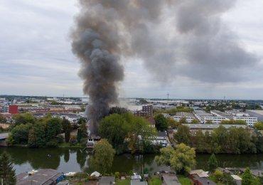 Autowerkstatt im Vollbrand - Feuerwehr Hamburg löscht erneut mit Großeinsatz