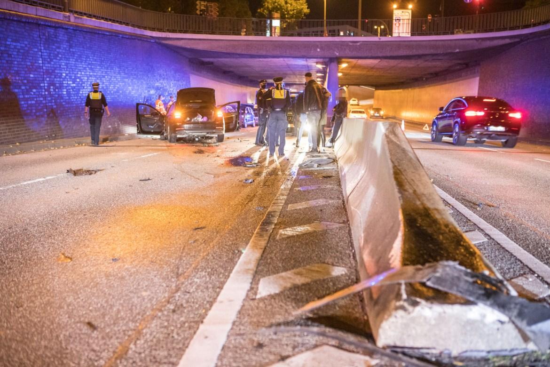 Audi kracht über Mittelbegrenzung in den Gegenverkehr – Unfall im Deichtortunnel