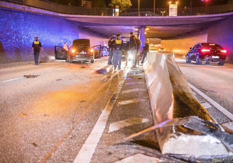 Audi kracht über Mittelbegrenzung in den Gegenverkehr - Unfall im Deichtortunnel