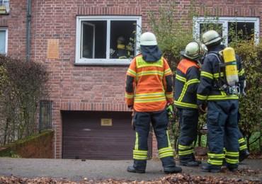 Feuerwehr Hamburg findet leblose Person bei Feuer in einer Erdgeschosswohnung