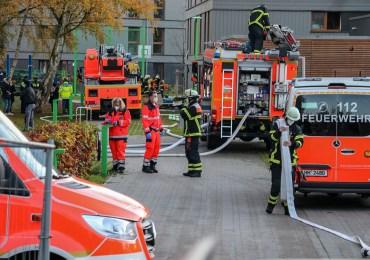 Feuerwehr retten Mutter mit Kind aus brennender Wohnung