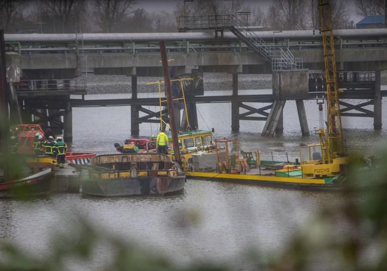 Arbeitsschiff imKattwykhafendroht zu sinken. Feuerwehr und Wasserschutzpolizei im Einsatz.
