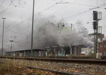 Großeinsatz für die Feuerwehr Hamburg - Feuer bricht in einer Fabrik für Baustoffe und Klebstoffe aus