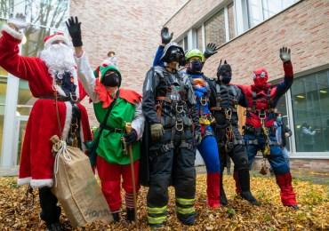 Feuerwehr überrascht Kinder im Krankenhaus am Nikolaustag