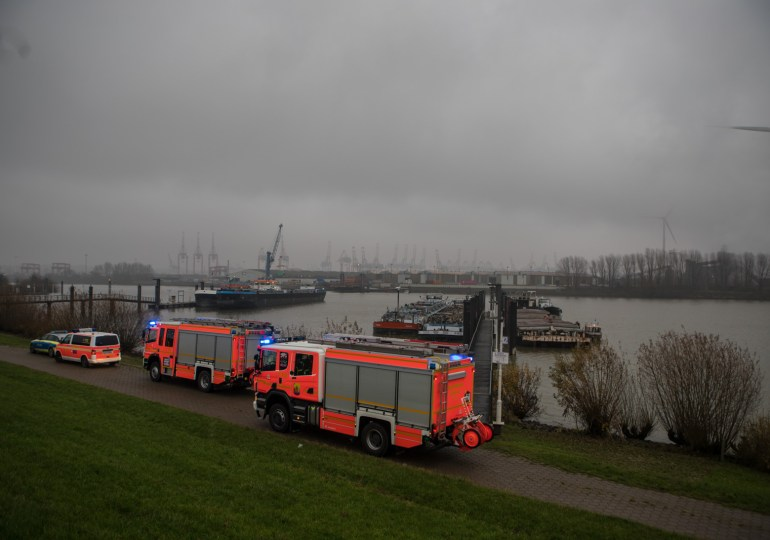 Feuer in einer Schute? - Feuerwehreinsatz auf dem Wasser