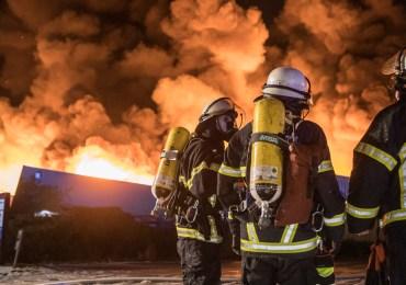 Großfeuer in Hamburg-Wilhelmsburg - Feuerwehr löst Feuer 5 aus!