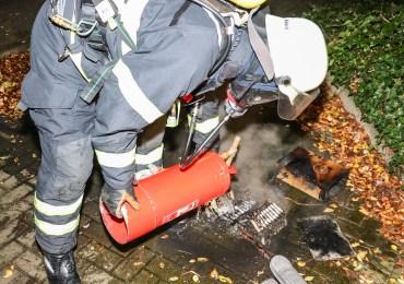 Brennender Elektro-Roller im Treppenhaus sorgt für Feuerwehreinsatz! - Bewohner reagieren genau richtig!