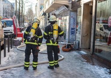 Feuer in einem Mehrfamilienhaus - zwei Erwachsene und ein Kind verletzt