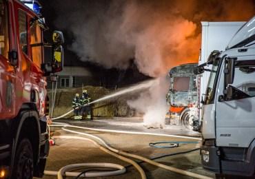 Zwei LKW im Stenzelring ausgebrannt - Polizei geht von Brandstiftung aus