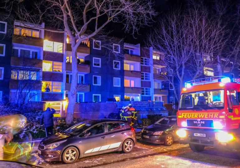 Feuerwehr rettet drei Personen-Feuer und schreie im Mehrfamilienhaus