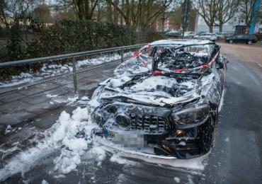 Erneut brennen zwei Fahrzeuge in Hamburg!