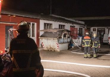 Großfeuer verhindert! - Die Feuerwehr Hamburg löscht brennen Container nahe an Tischlerei