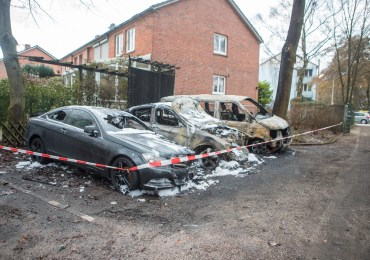 Wieder Feuer! - Drei Fahrzeuge in Jenfeld abgebrannt