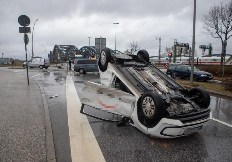 Crash auf dem Kleinen Grasbrook - Kleinwagen landet auf dem Dach!