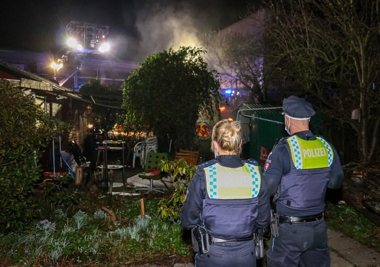 Unachtsamkeit führt zu Feuer, doch Feuerwehr verhindert Gartenlaubenbrand.