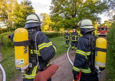 Kleingartenhütte brennt nieder - Feuerwehr erst nach 30 Minuten mit Wasser vor Ort
