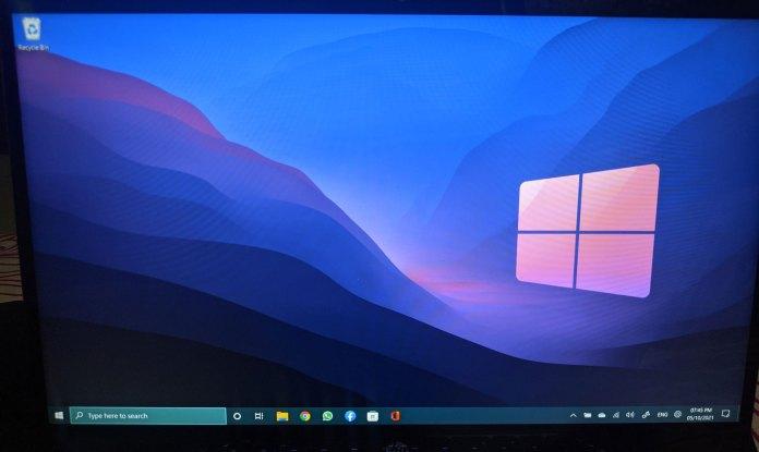 Windows 10 taskbar in Windows 11