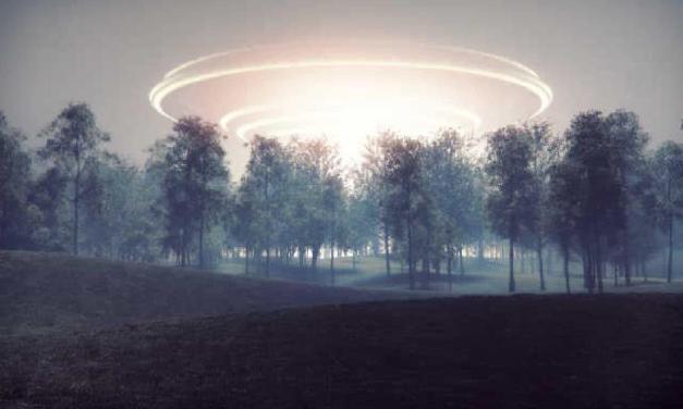 Manželský pár zveřejnil video, které údajně zachycuje přistání UFO