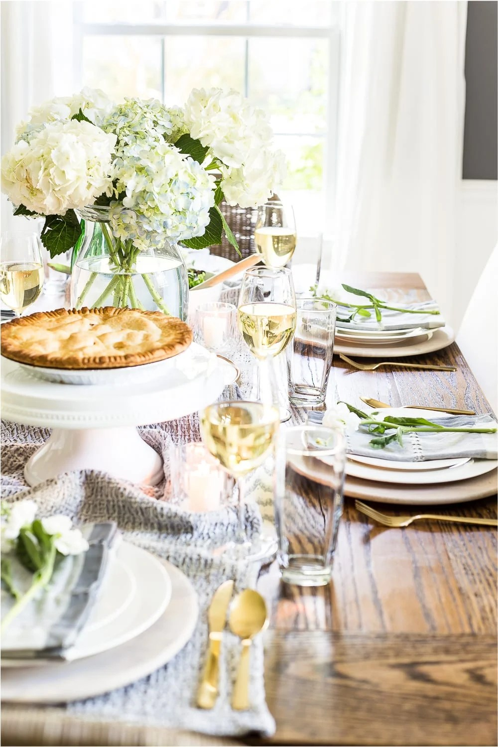 A tour of a 1960 colonial house decorated for summer with the 2018 Summer Tour of Homes using classic, timeless style and neutral decor. #summertour #hometour #summerhometour #summerdecor #tablescape #summertablescape #mothersdaytable