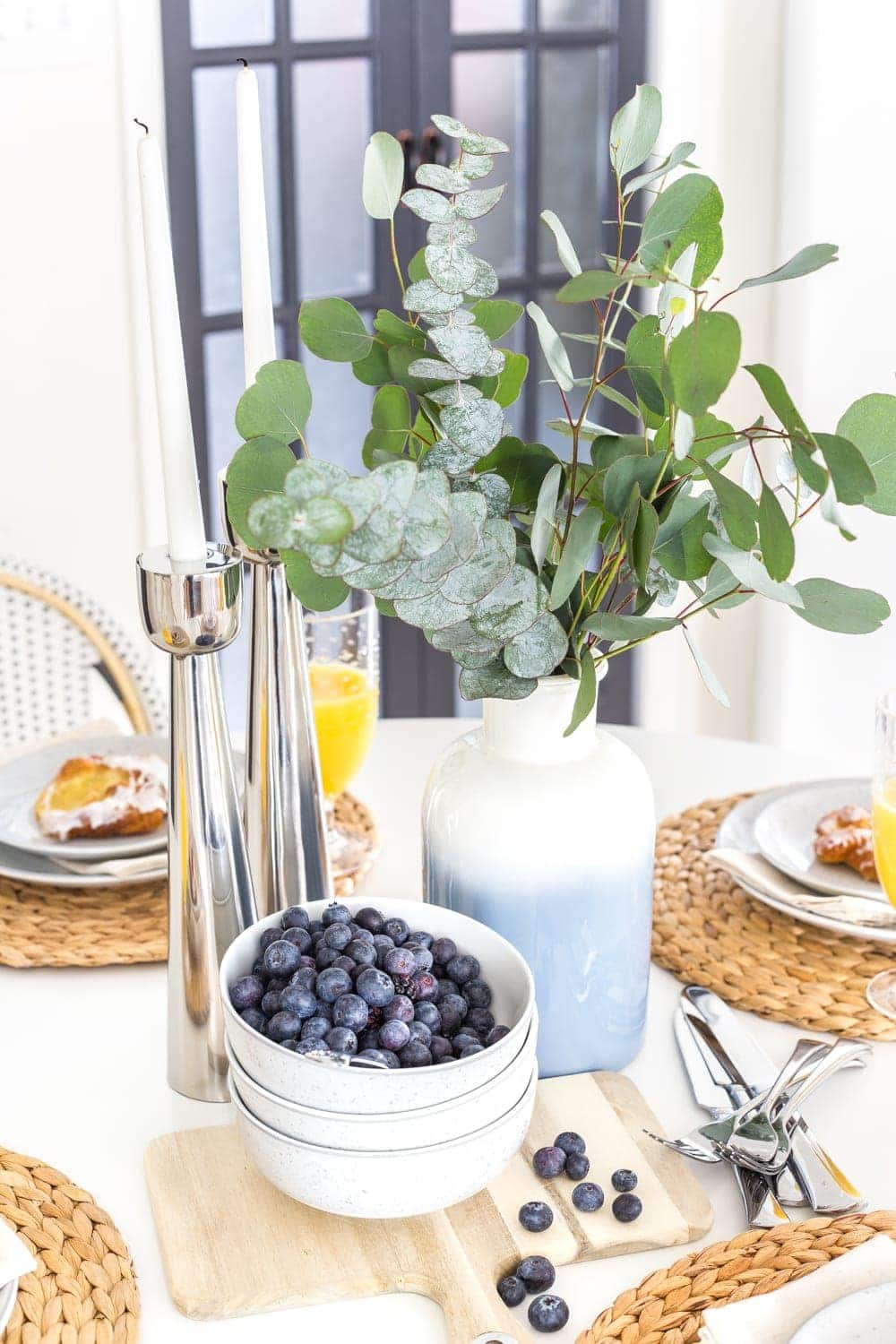 A dated breakfast nook gets a Scandinavian farmhouse style makeover using junk finds and decor from Walmart's MoDRN line.  #scandinavianfarmhouse #breakfastnook