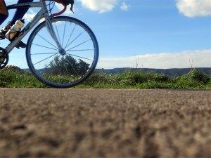 Sur la véloroute du Calavon, au fond le massif du Luberon
