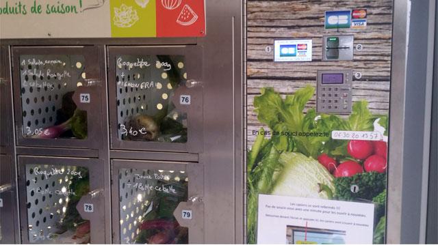 A côté des casiers, la caisse pour carte de paiement