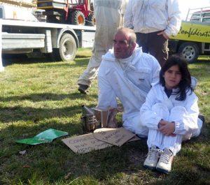 Une jeune apicultrice mobilisée