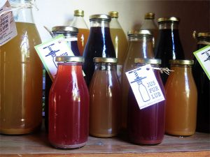 Les bouteilles de jus de fruits