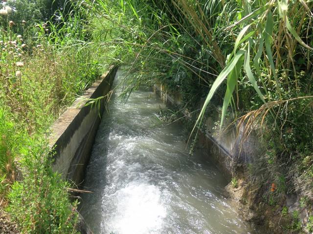 l'eau coule dans les canaux en Provence