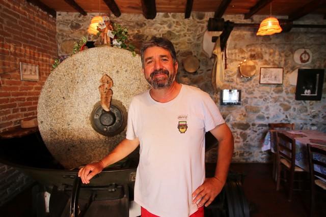 Ugo Sergi et sa meule à olives