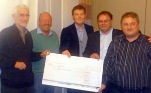 Der neue (und alte) Vorstand der Eichholzfreunde (von rechts Bernd Droste, Christoph Regniet, Gerald Schneider und Peter Havestadt) überreichte Norbert Baumeister (links) von der Projektgruppe Eichholzfriedhof einen Scheck über 1000 Euro. (Foto: oe)