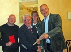 Der Müscheder Ortsvereinsvorsitzende und Arnsberger Bürgermeisterkandidat Gerd Stüttgen ehrte Hermann Aufmkolk für seine langjährige SPD-Mitgliedschaft. (Foto: SPD)
