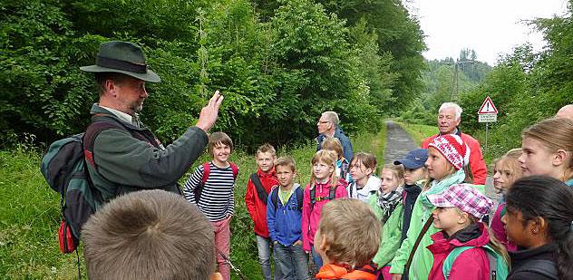 Schulwandern in Oeventrop mit dem Förster und Waldpädagogen Axel Dohmen von der Märkischen Waldschule. (Foto: SGV)