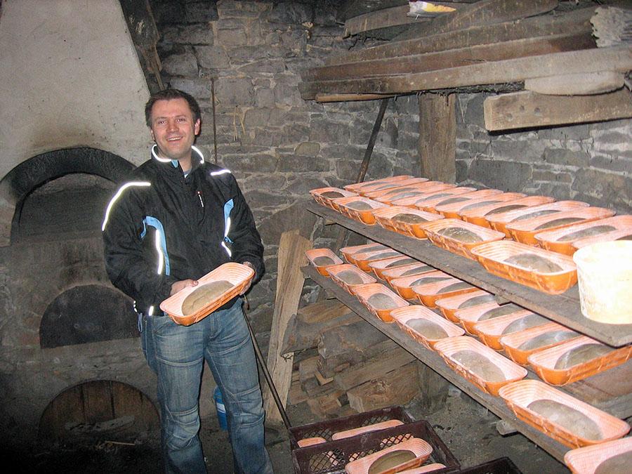 Frisches Holzofenbrot aus Backes in Altenhellefeld