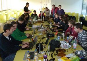 Auch auf dem Tisch nicht ganz un-Chaotisch: die jungen Mitglieder vom Chaos Computer Club. Foto: oe)