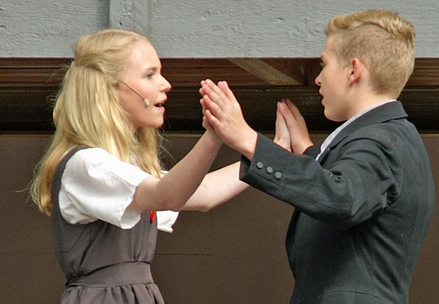 """Premiere von """"Alice im Wunderand"""" auf der Freilichtbühne Herdringen. Elena Franke als Alice und Lukas Kroner als Billy. (Foto: Freilichtbühne)"""