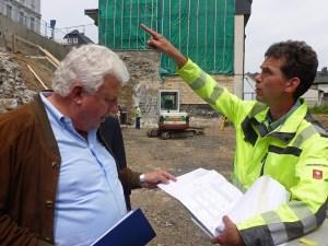 Wilhelm Meyer und Dipl. Ing. Burghard Dietrich (r.) erläutern die aufwändigen Erdarbeiten der letzten drei Monate. (Foto: oe)