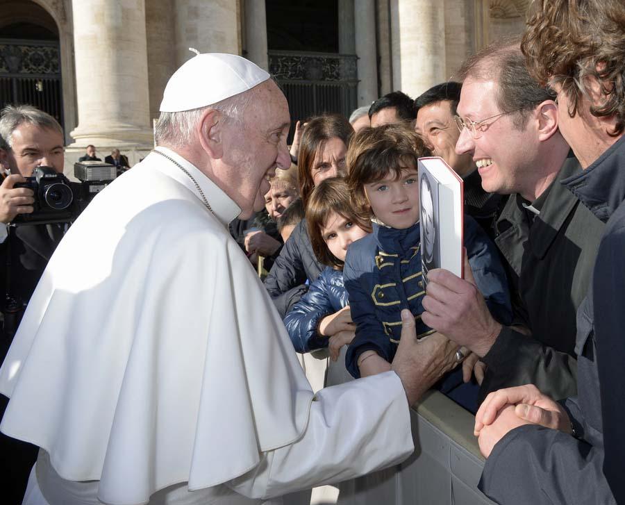 Papst Franziskus erhält Franz Stock-Biographie