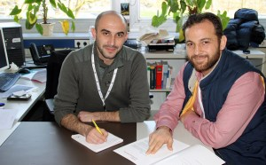 Zwei Mitglieder der Neuen Nachbarn Arnsberg, darunter auch Moneer Alshikh (links), in ihrem Büro im Rathaus. (Foto: Stadt Arnsberg)
