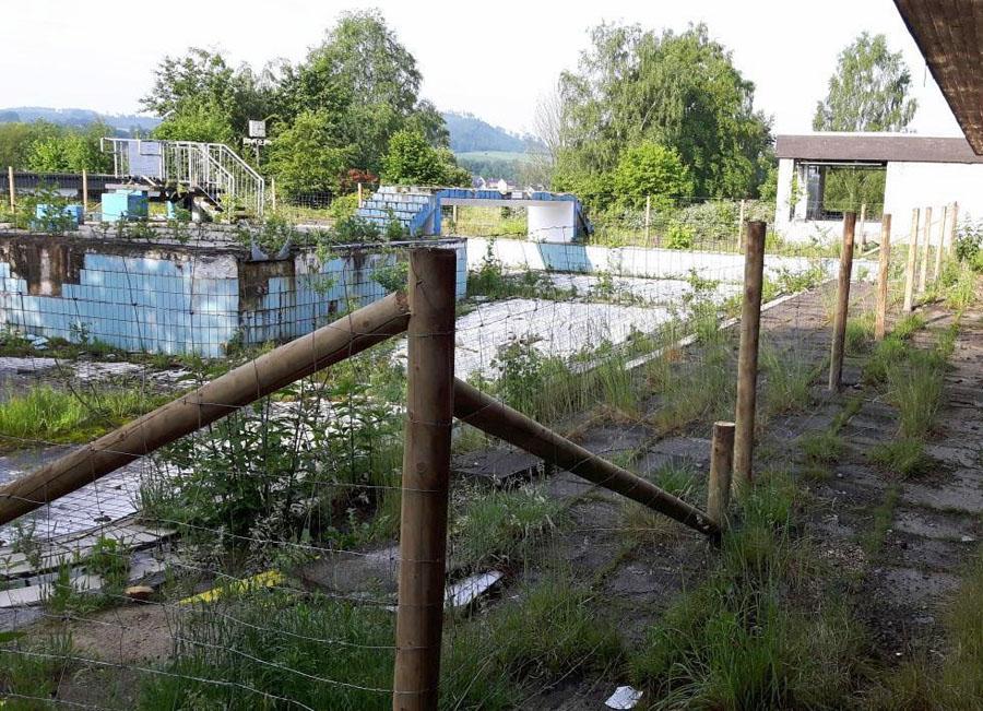 Absperrzäune sichern ehemaliges Freibad
