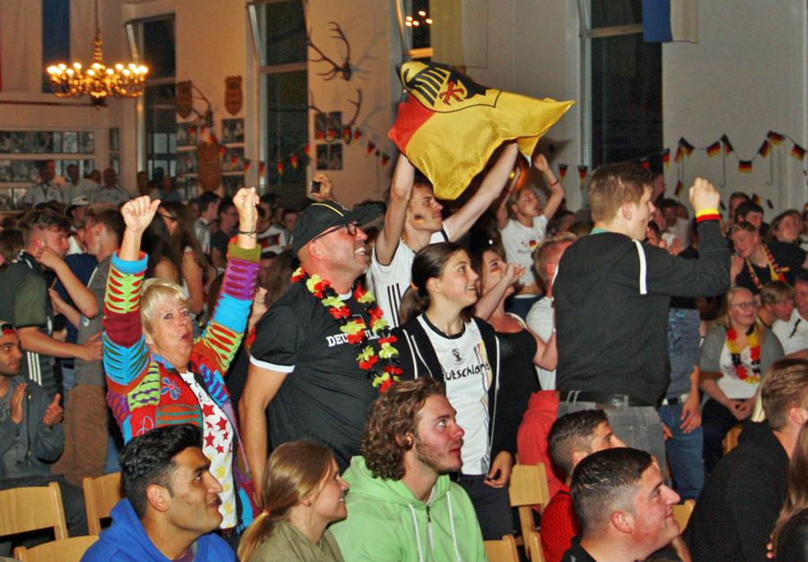 700 Fans jubeln beim Rudelgucken in der Halle